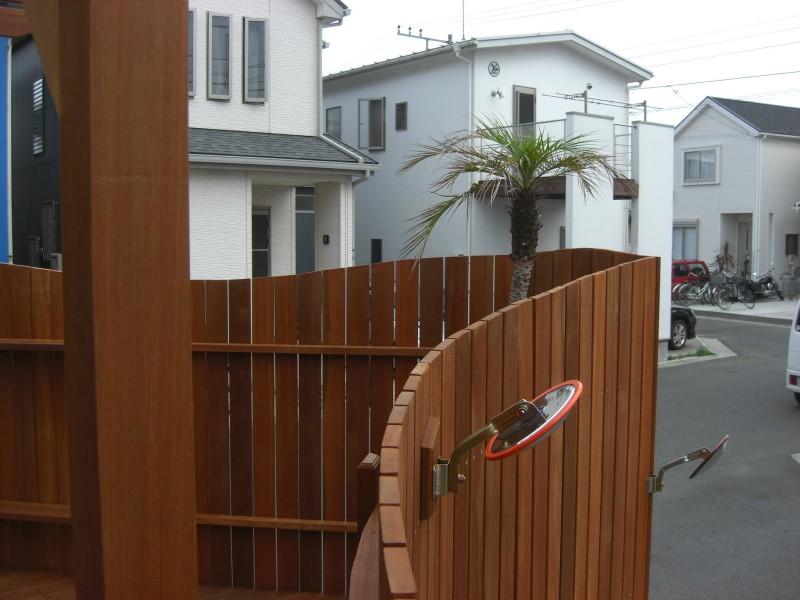 曲線フェンスとパーゴラのウッドデッキ