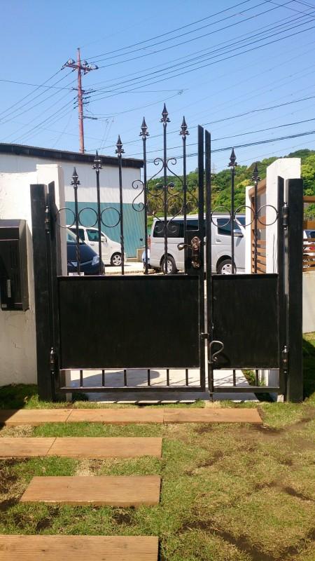 異素材のウッドフェンスと門扉